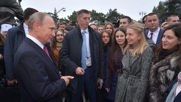 Президент РФ Владимир Путин общается с местными жителями после церемонии открытия памятника Александру III