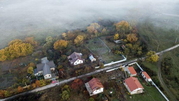 Дома в селе Клиновка в Крыму. Туман