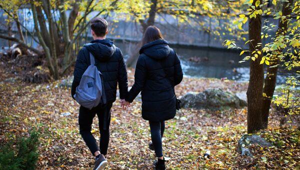 Молодые люди гуляет в одном из парков Симферополя