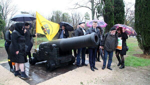 На Малаховом кургане открыли обнаруженное во время раскопок корабельное орудие