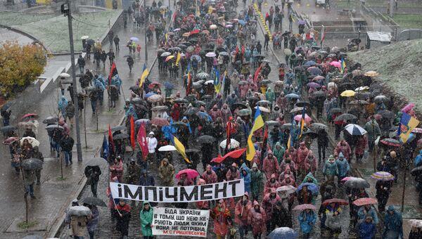 Участники марша за импичмент Порошенко, организованного экс-президентом Грузии, экс-губернатором Одесской области Михаилом Саакашвили в центре Киева