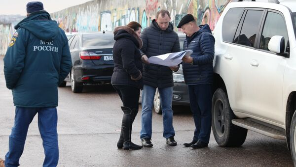 Заместитель губернатора Севастополя Владимир Базаров (в центре) со специалистами осматривают Севастопольскую бухту, где всплыла труба газопровода