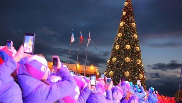 Дед Мороз из Великого Устюга посетил МДЦ Артек и зажег огни на главной елке