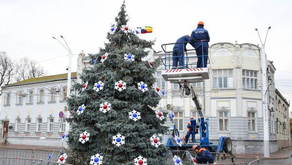 Украшение главной елки на Театральной площади в Евпатории