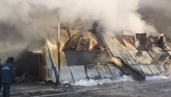 Работа спасателей на месте ликвидации пожара в обувном цехе под Новосибирском