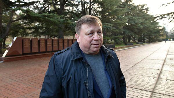 Глава администрации Симферополя Игорь Лукашев в парке имени Гагарина в Симферополе