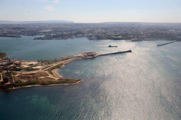 Вид на Константиновский форт и Севастопольскую бухту из вертолета