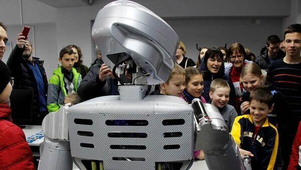 Человекоподобный робот. Архивное фото