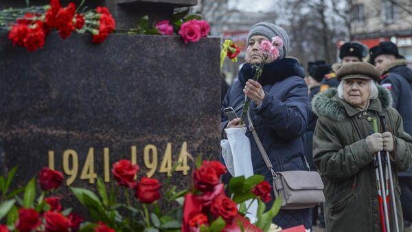 Возложение цветов во время церемонии открытия памятника Мужеству ленинградцев в Санкт-Петербурге