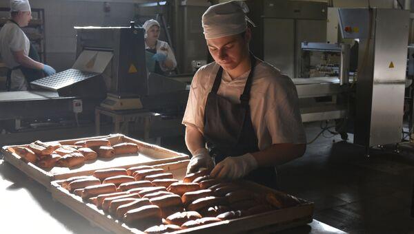 Производство булочек на предприятии Крымхлеб