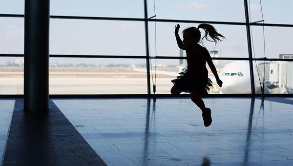 Девочка прыгает в аэропорту