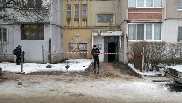 На месте гибели женщины и ребенка в результате падения лифта в доме по ул. Балаклавская в Симферополе