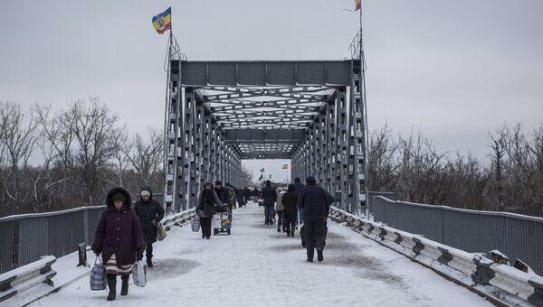 Люди в районе временного пункта пропуска Станица Луганская между Украиной и Луганской народной республикой (ЛНР) в районе станицы Луганская.