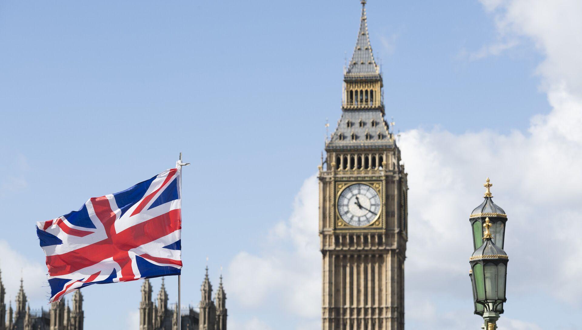 Флаг Великобритании на фоне Вестминстерского дворца в Лондоне - РИА Новости, 1920, 18.01.2021