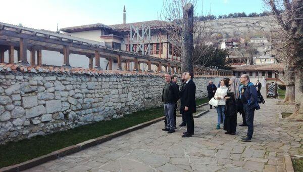 Иностранные наблюдатели осматривают Ханский дворец в Бахчисарае