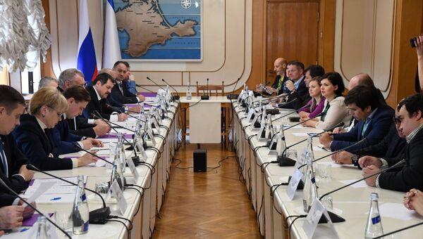 Встреча в Государственном совете Республики Крым представителей власти РК с иностранными наблюдателями, которые будут наблюдать за выборами президента РФ