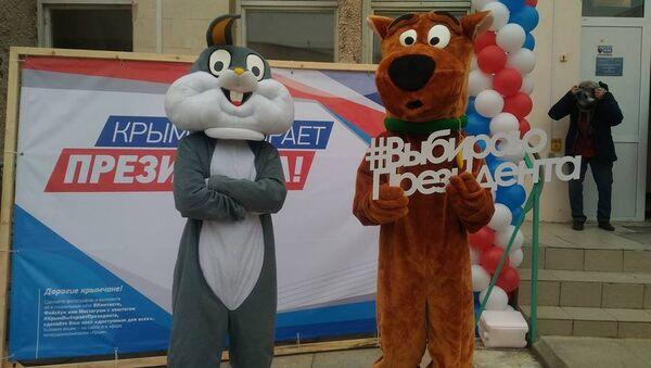 Избиратели в костюмах мультипликационных героев на избирательном участке во время выборов президента РФ. 18 марта 2018