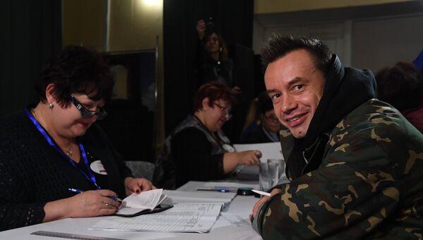 Солисты группы Дискотека авария проголосовали в Симферополе. Видео