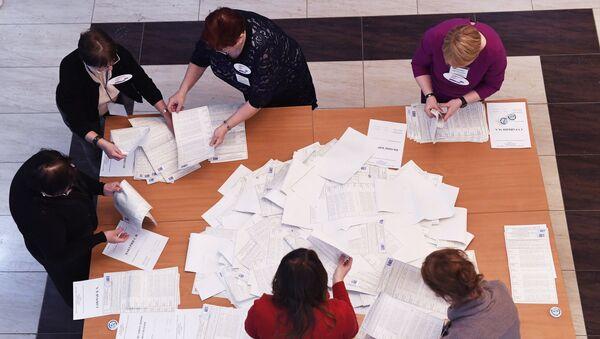 Члены избирательной комиссии во время подсчета голосов в участковой избирательной комисии. 18 марта 2018