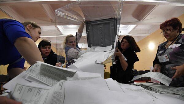 Выемка бюллетеней на избирательном участке в Симферополе. Архивное фото