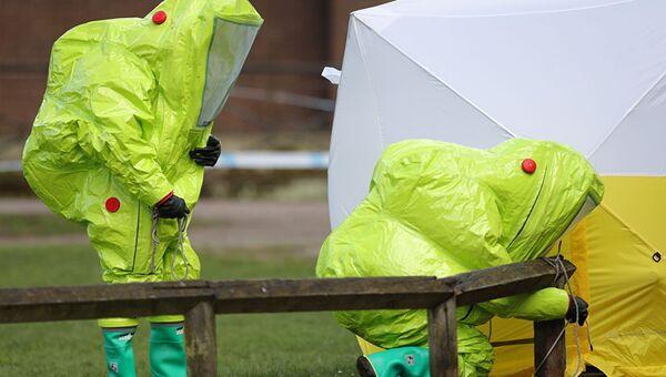 Сотрудники экстренных служб закрепляют палатку на месте, где был найден Сергей Скрипаль и его дочь в Солсбери