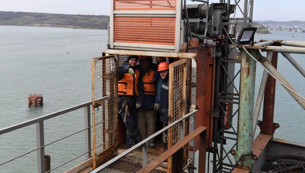 Рабочие, задействованные в строительстве моста через Керченский пролив со стороны Крыма