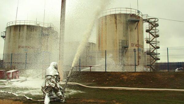 Спасатели МЧС России отработали действия по тушению условного пожара на нефтебазе