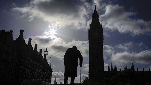 Памятнику Уинстону Черчиллю у здания Парламента в Лондоне, Великобритания. Март 2017