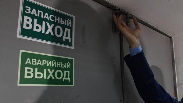 Прокурор Центрального района города Симферополя Максим Анисин проверяет доступность путей эвакуации в ТЦ Центрум