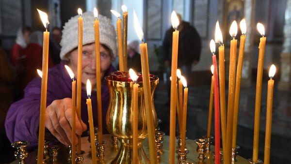 Прихожане во время пасхальных богослужений в Александро-Невском кафедральном соборе в Симферополе