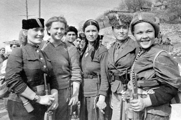 Женщины-партизаны, участвовавшие в освобождении Крыма. Симеиз, 1944 год