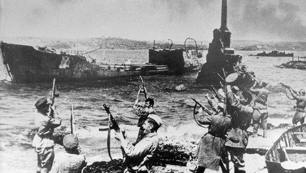 Салют из автоматов на набережной Севастополя в честь освобождения города. Май 1944 года
