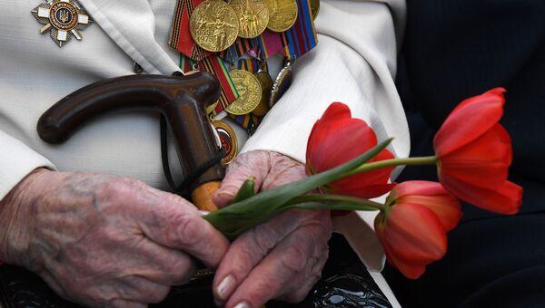Цветы в руках ветерана Великой Отечественной войны