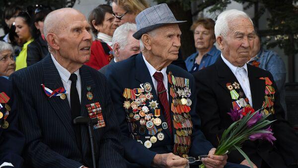 Ветераны и жители Симферополя встречают Поезд Победы