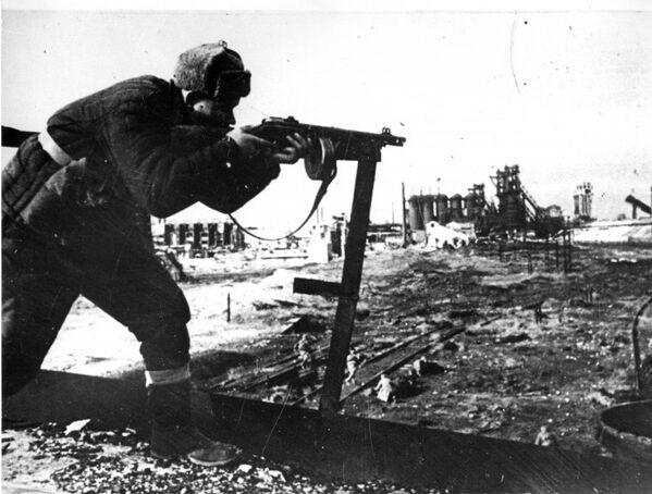 Советский солдат ведет автоматный огонь во время боев за освобождение Керчи. 1944 год