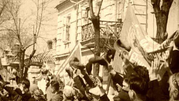 Жители освобожденной Евпатории приветствуют освободителей. 1944