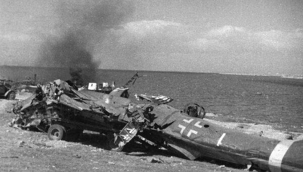Разгром немецких войск в Севастополе. Осколки немецкого самолета на мысе Херсонес. 1944 год
