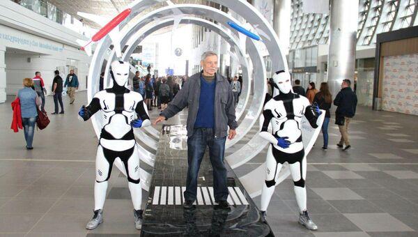 Гость нового аэропорта Симферополь фотографируется с фантастическими героями