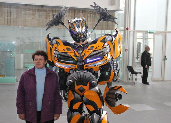 Пассажир нового аэропорта Симферополь фотографируется с фантастическим героем фильма Трансформеры