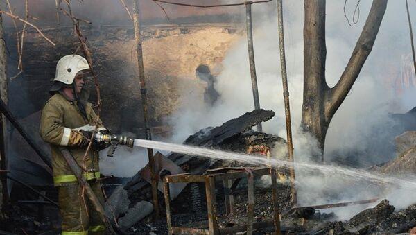 Спасатель во время тушения пожара