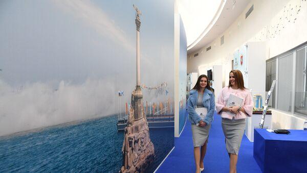 Девушки на церемонии открытия IV Ялтинского международного экономического форума