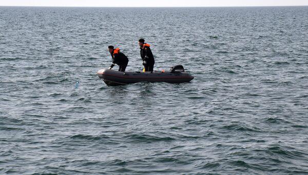 Пограничники достают из моря браконьерские сети