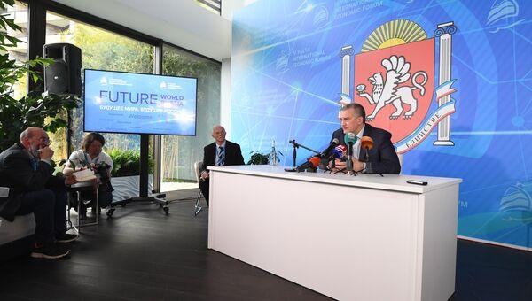 Глава Крыма Сергей Аксенов на встрече с иностранными журналистами на IV Ялтинском международном экономическом форуме
