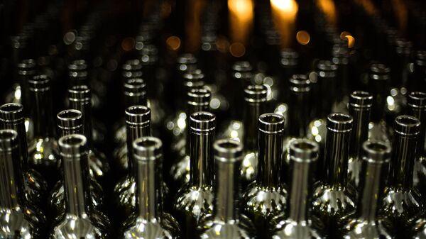 Участок упаковки пустой стеклотары винодельческого завода в Крыму
