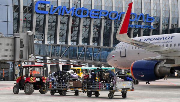 Самолет у нового терминала Крымская волна международного аэропорта Симферополь