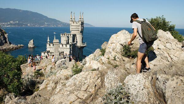 Отдыхающие у замка Ласточкино гнездо в Крыму