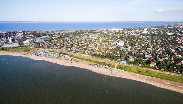 Город Ейск и пляжи на Ейской косе на Азовском море. Архивное фото