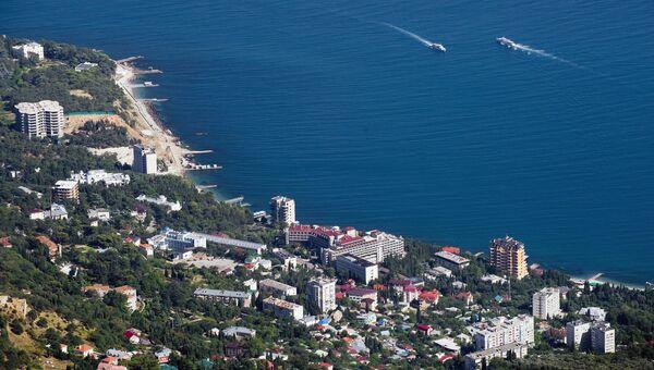 Вид на Черноморское побережье и поселок Мисхор с вершины горы Ай-Петри в Крыму