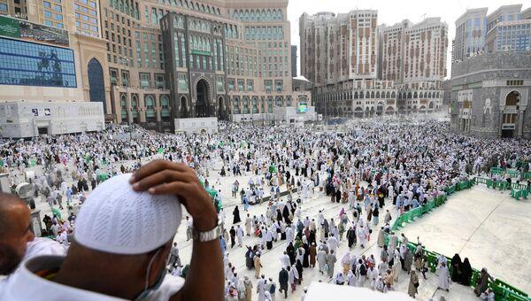 Паломники во время хаджа у мечети Масджид аль-Харам в Мекке. Архивное фото