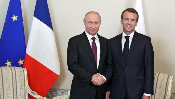 Президент РФ Владимир Путин и президент Франции Эммануэль Макрон во время встречи в Константиновском дворце. 24 мая 2018